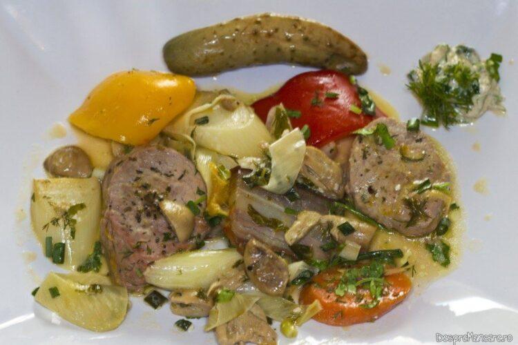 Muschiulet de porc cu legume si ciuperci la tigaie, in sos de smantana - preparatul este gata servit.