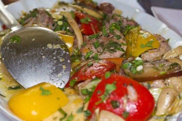 Muschiulet de porc cu legume si ciuperci la tigaie, in sos de smantana - asamblarea preparatului final.
