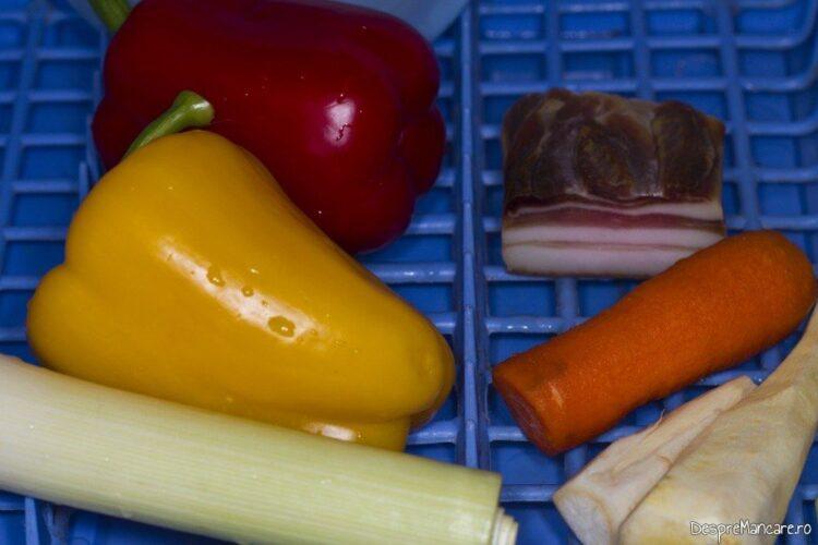 Ingrediente pentru muschiulet de porc cu legume si ciuperci la tigaie, in sos de smantana.