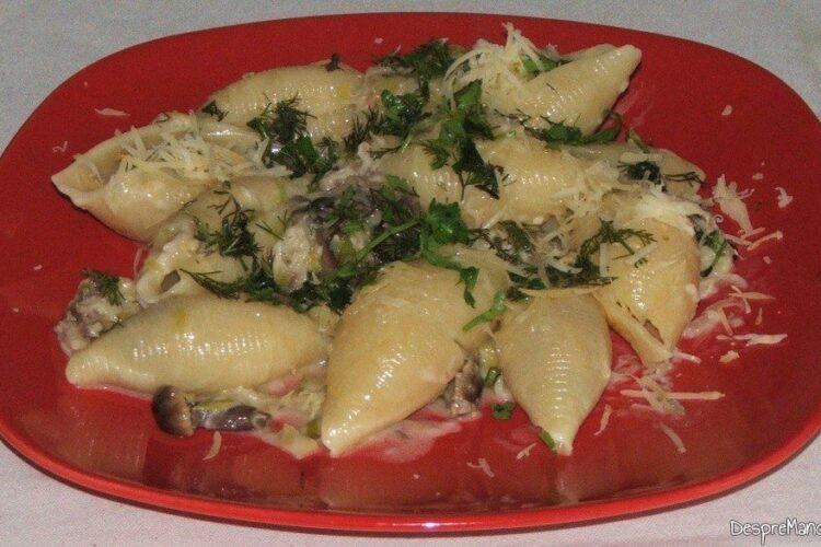 Paste (scoici) conchiglioni giganti cu praz, ciuperci si macrou afumat - preparatul este gata de servit.