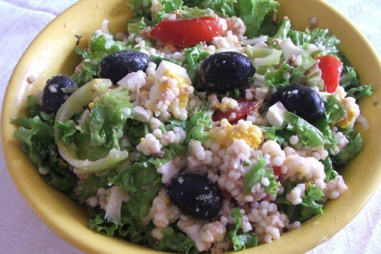 Salata cu cus+cus, ton din conserva, ou fiert si masline.