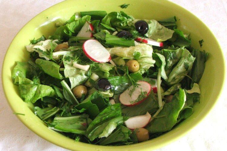 Salata verde cu leurda, ridichi de luna si masline.