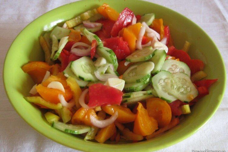 Salata de rosii galbene si rosii, castraveti, ardei gras si ceapa rosie.