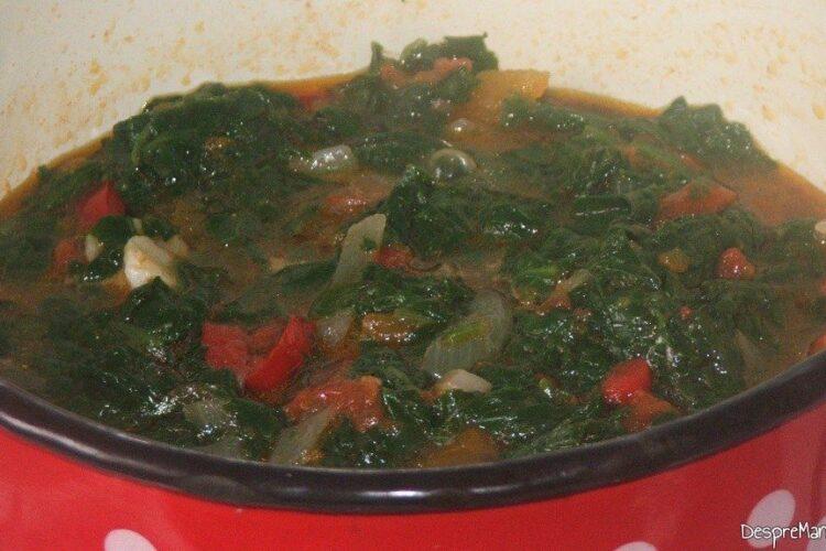 Adaugare spanac oparit in sosul de rosii fiert.