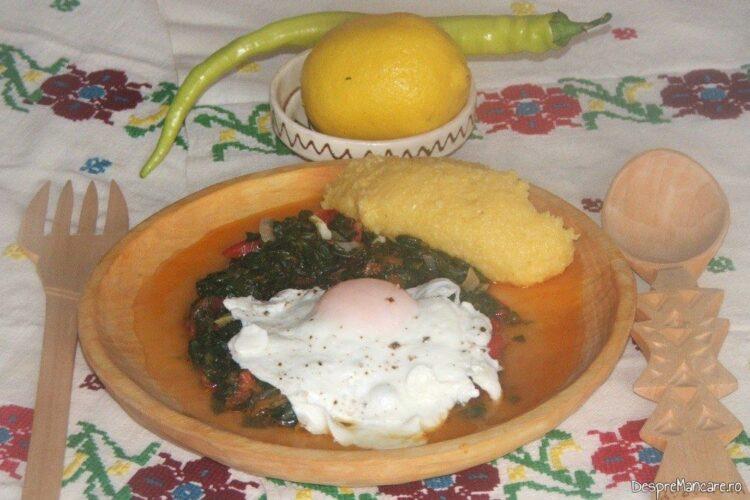 Mancare de spanac cu ou ochi - preparatul este gata servit.