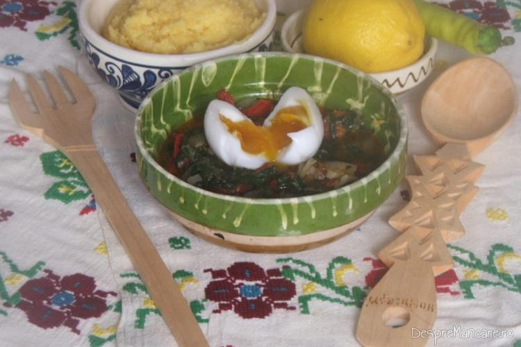 Mancare de spanac cu ou de rata fiert moale, decojit si taiat pe spanac.