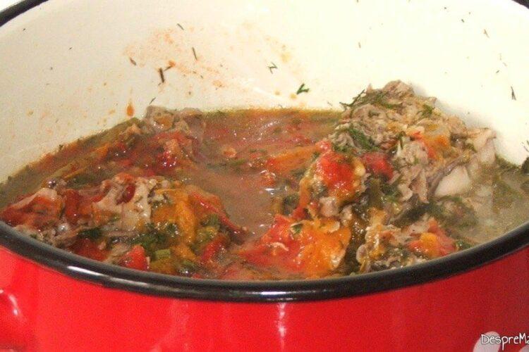 Adaugare suc de rosii si/ sau rosii decojite in mancare, fierbere amestec de ingrediente.