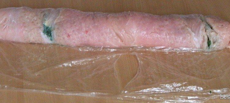 Rulare carne de curcan plus umplutura, sub forma de sul si inchidere carne, la capete.