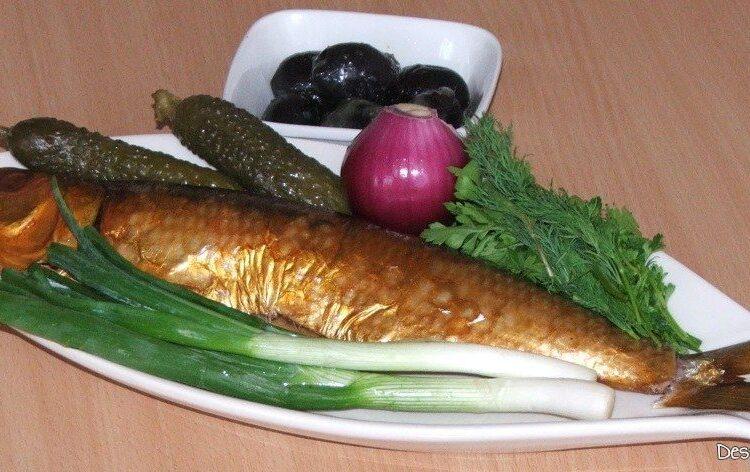 Ingrediente de trebuinta pentru scrumbie de Dunare afumata cu ceapa si castraveti murati.