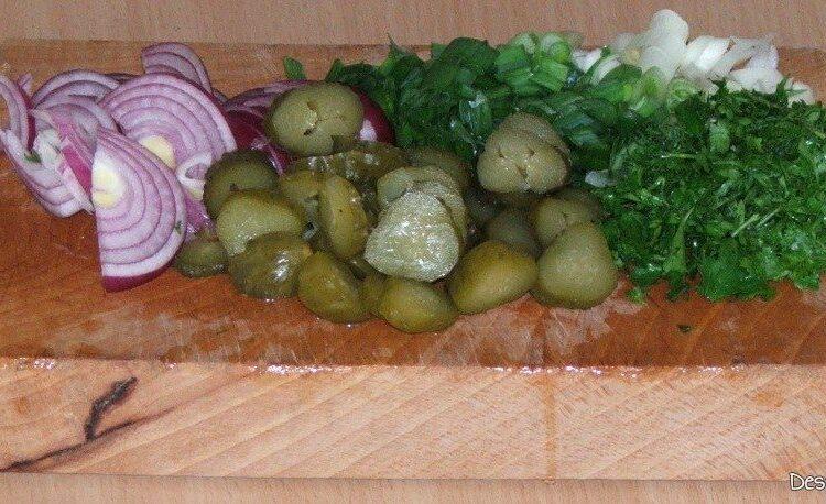 Taiere la cutit legume si verdeata pentru scrumbie de Dunare afumata cu ceapa si castraveti murati.