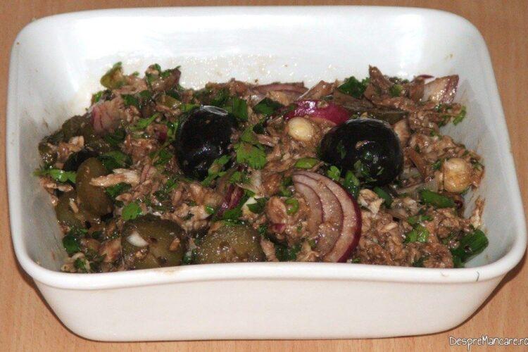 Scrumbie de Dunare afumata cu ceapa si castraveti murati - preparatul este gata de servit.