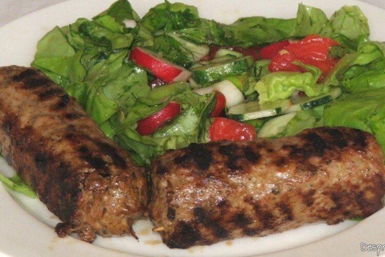 Chebab perpelit la gratar servit cu salata de sezon - portie numai pentru niste supergurmanzi profesionisti.