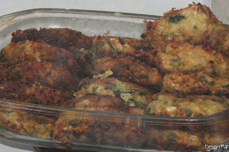 Chiftelute din legume servite drept garnitura la chebab perpelit la gratar.