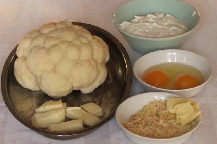 Ingrediente de trebuinta pentru conopida impanata cu mozarella, acoperita cu iaurt, la cuptor.