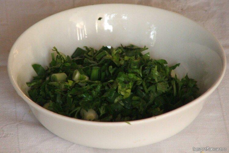 Verdeata tocata pentru conopida impanata cu mozarella si acoperita cu iaurt.