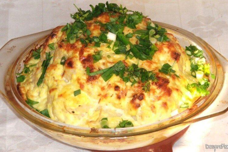 Conopida impanata cu mozarella, acoperita cu iaurt, la cuptor - preparatul este gata de servit.