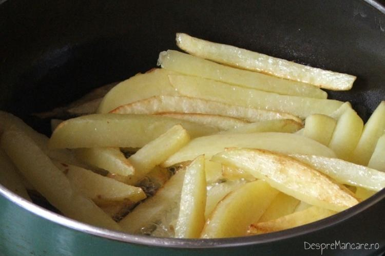 Prajire cartofi pai in grasimea de rata formata in urma prajirii pulpelor de rata.