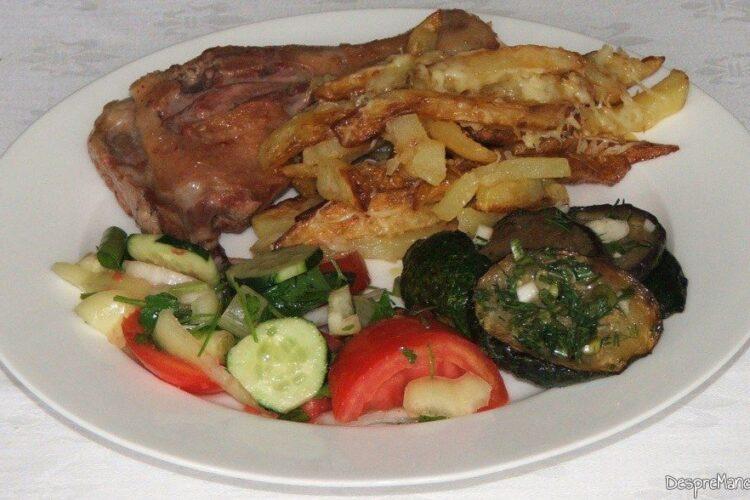 Pulpe de rata cu cartofi prajiti si salate de sezon - preparatul este gata servit.