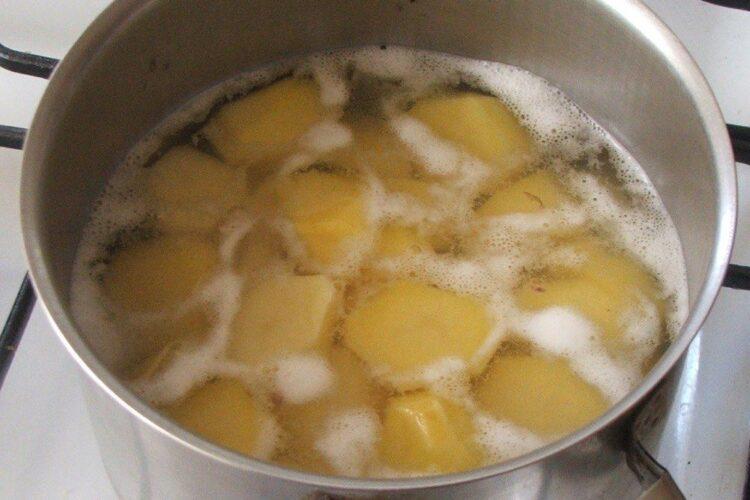 Fierbere cartofi taiati felii in apa cu sare grunjoasa,