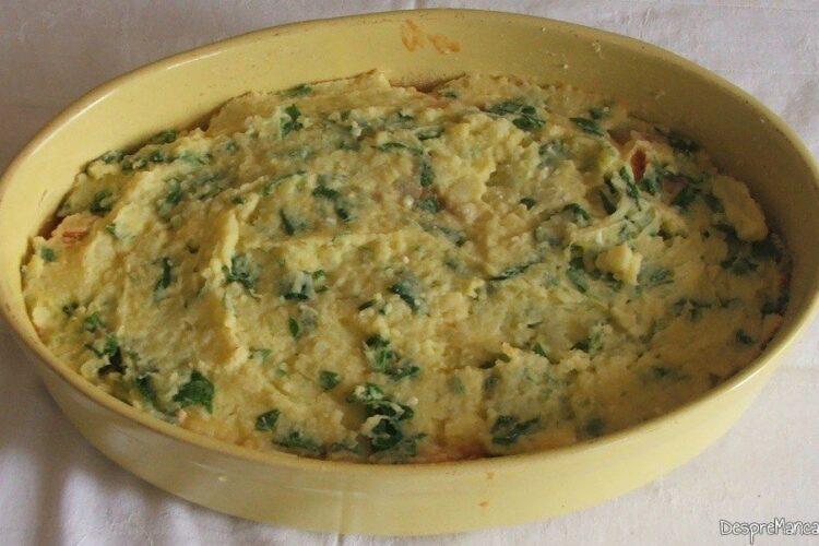 Amestecul pentru gratinat este pregatit pentru a introduce vasul de copt in cuptorul incins al aragazului.
