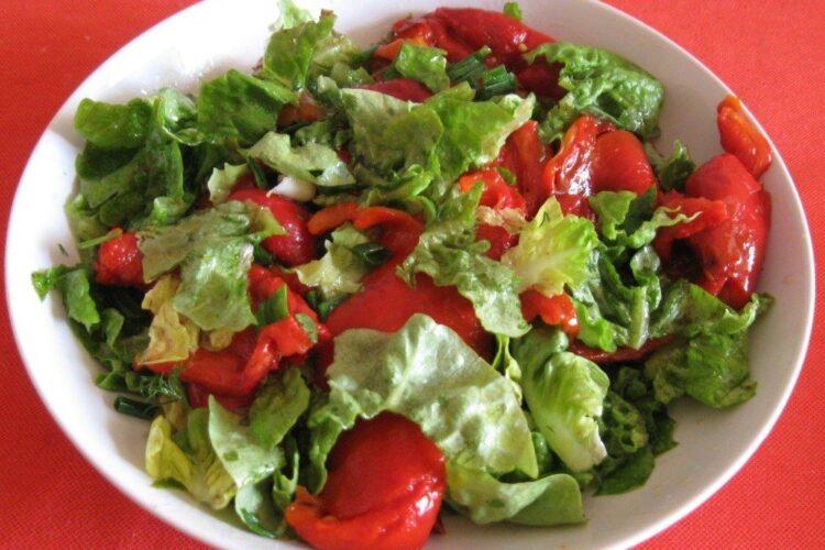 Salata de sezon servita la chiftelute marinate altfel.
