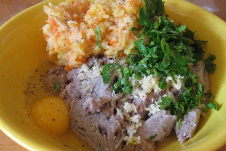 Ingrediente gata pregatite pentru chiftelute marinate.