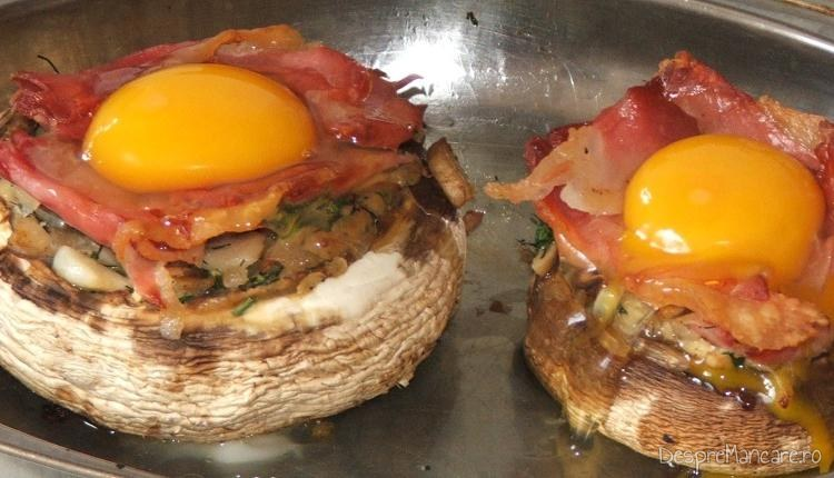 In palaria ciupercilor peste umplutura s-a pus un ou de gaina.