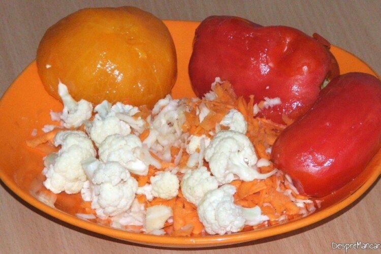 Rosii decojite si legume date pe razatoarea mare pentru ardei umpluti cu legume si ce mai ai prin frigider.