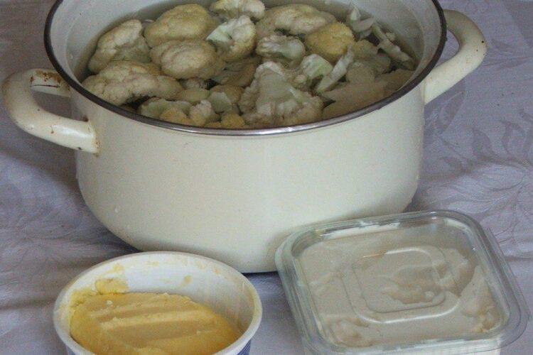 Pregatire buchetele de conopida pentru fierbere in apa rece cu sare grunjoasa.