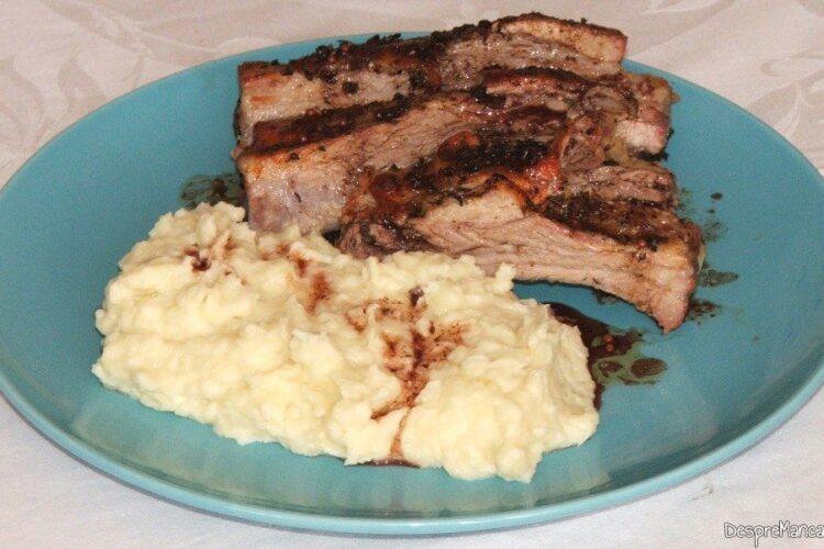 Coaste de porc la cuptor cu piure de conopida - preparatul este gata servit.