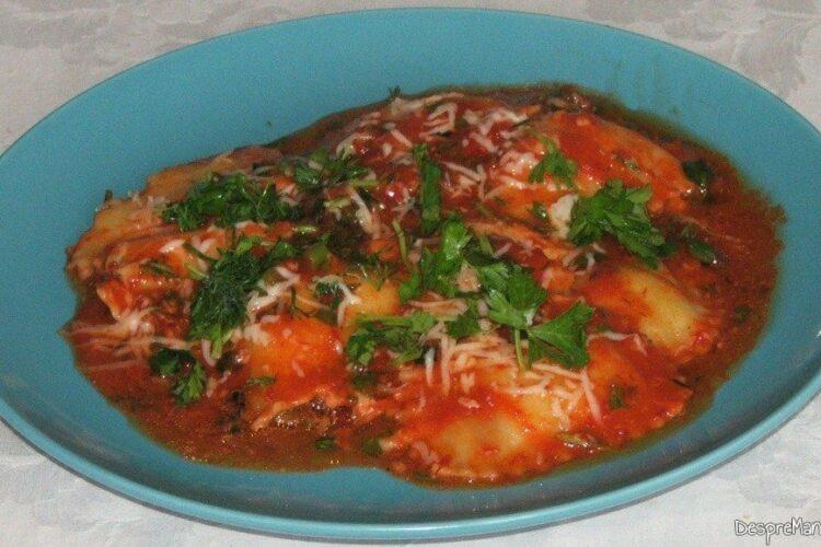 Paste panzerotti umplute cu crab in sos de rosii - preparatul este gata servit.