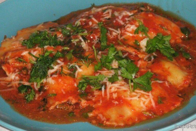 Paste panzerotti umplute cu crab in sos de rosii.