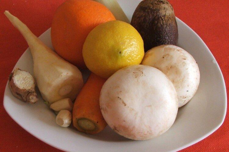 Ingrediente de trebuinta pentru trunchi de crap cu legume, ciuperci si citrice, la cuptor.