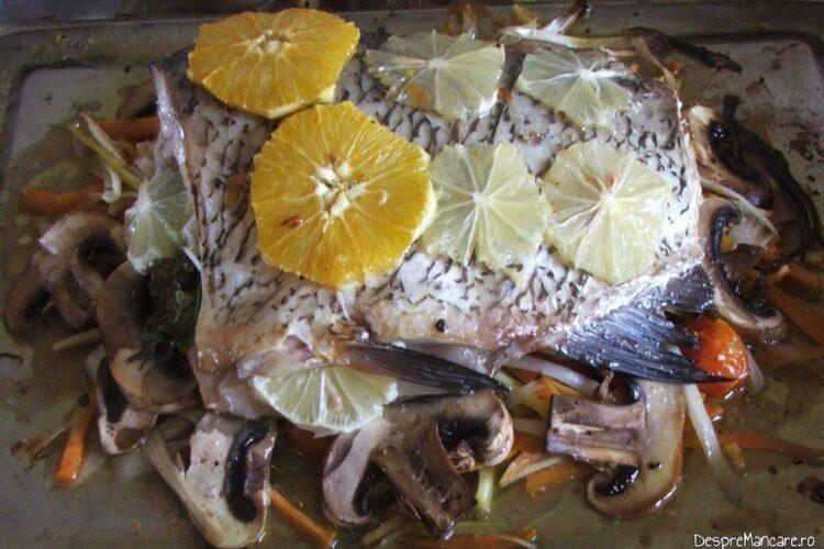 Trunchi de crap cu legume, ciuperci si citrice, la cuptor - preparatul este gata.