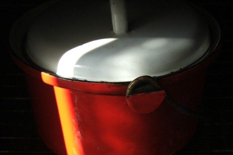 Coacere preparat osso buco din coada de vita, la foc mic, in cuptorul aragazului timp de 3-4 ore.