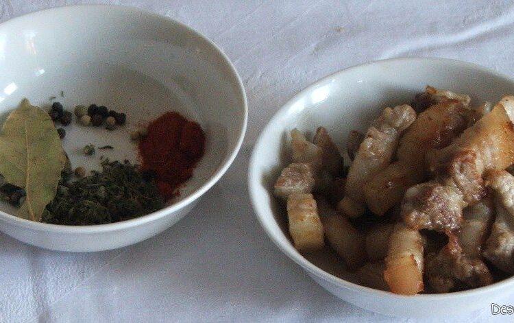Bucati din piept de porc rumenite si condimente pentru osso buco din coada de vita.
