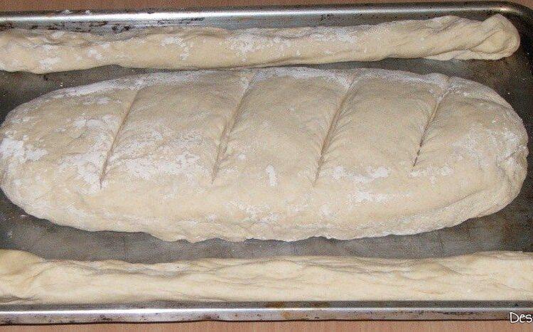 Aluat modelat ca paine si batoane pus in tava de copt.