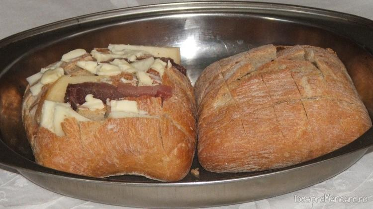 Chifle crestate in romburi, umplute in crestaturi cu ingredientele utilizate in reteta - branzeturi si sunca.