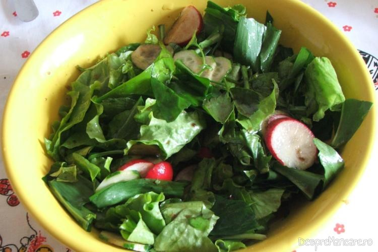 Salata de sezon servita la chiftelute cu sos si ciuperci sotate.