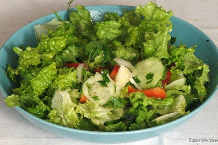 Salata servita la sufleu de conopida cu ciuperci.