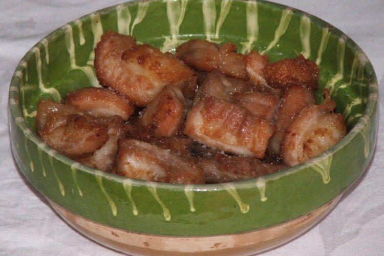 Jumari din slanina de porc ramase in urma topirii slaninii scoase de pe pecia de porc.