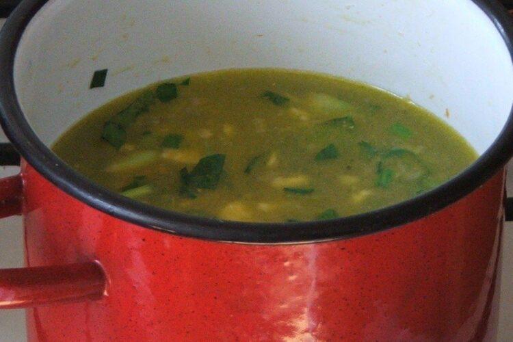 Adaugare apa calda peste legumele calite in untura de pasare.