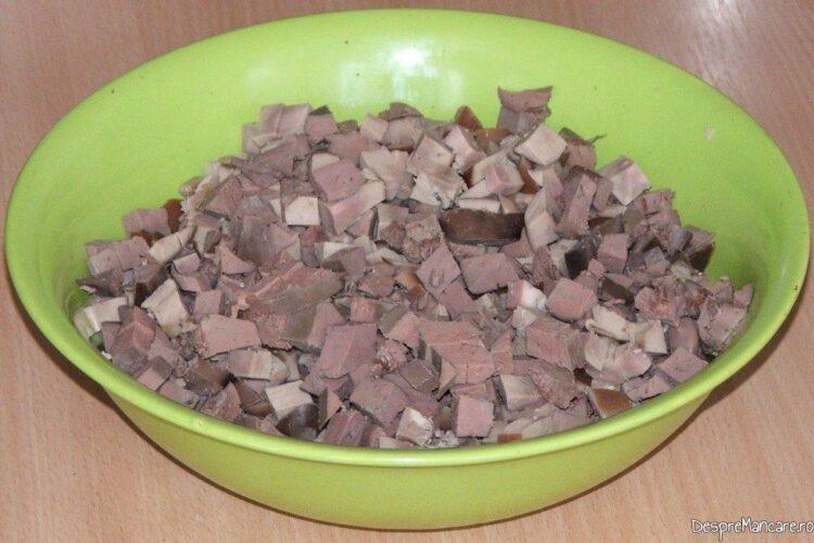 Tocare maruntaie folosite la gusa de curcan umpluta cu rinichi de vitel si ficat de curcan.