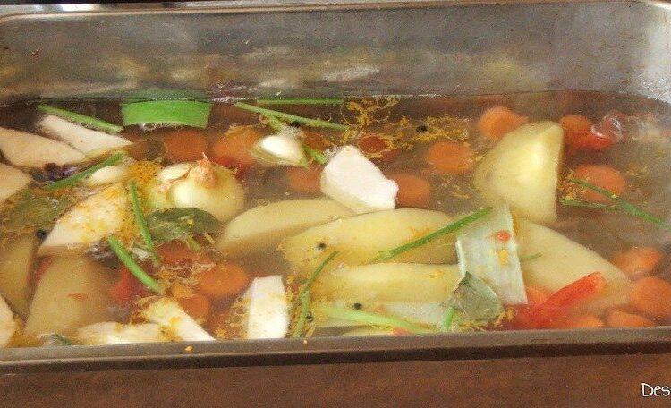 Fierbere ingrediente pentru rasol de stiuca cu maioneza in apa rece cu sare grunjoasa.