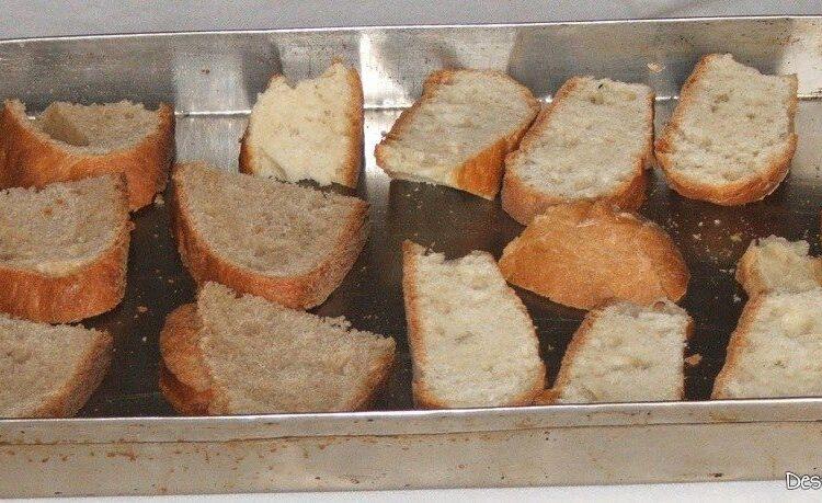 Pregatire paine, taiata felii, pentru a se obtine crutoane.