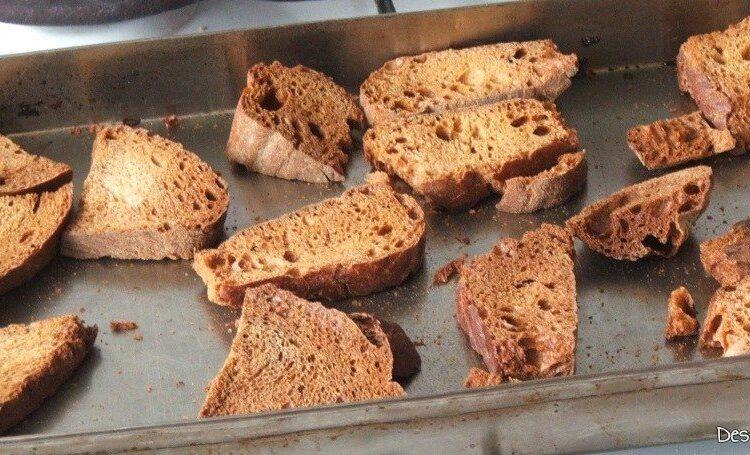Crutoane de paine neagra pentru supa de ceapa.