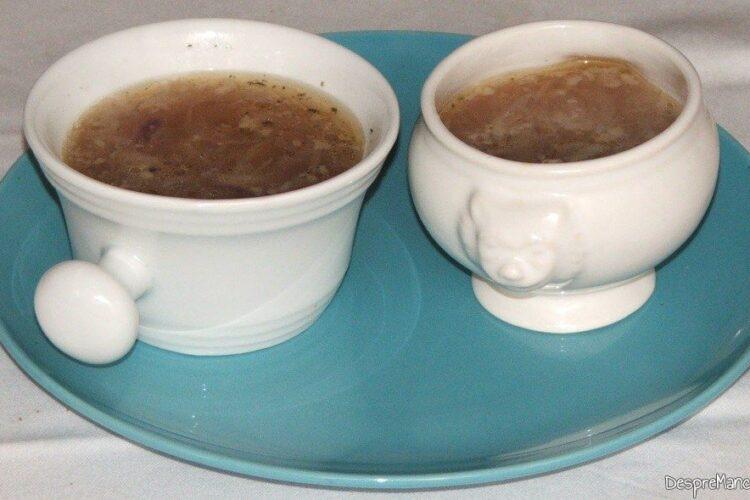 Zeama de ceapa pusa in boluri separate pentru a se putea adauga dupa gust, boia dulce si/ sau boia iute.