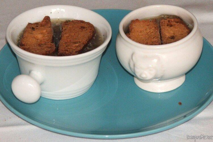 Crutoane de paine care se imbiba cu zeama de ceapa, calda.