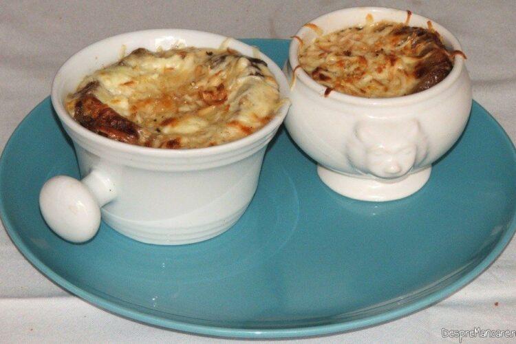 Supa de ceapa gata pregatita pentru a fi servita.