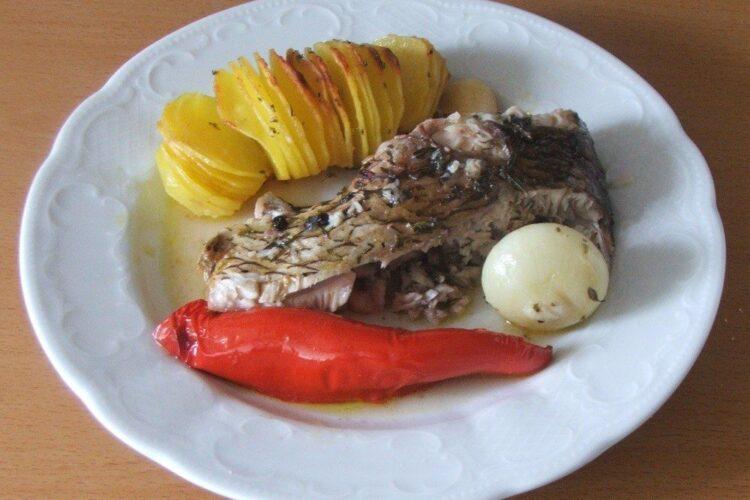 Trunchi de platica cu cartofi zimtati la cuptor - preparatul este gata servit.